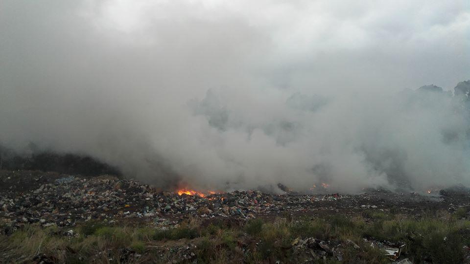 Saldungaray – Tareas para apagar el incendio en el Basurero