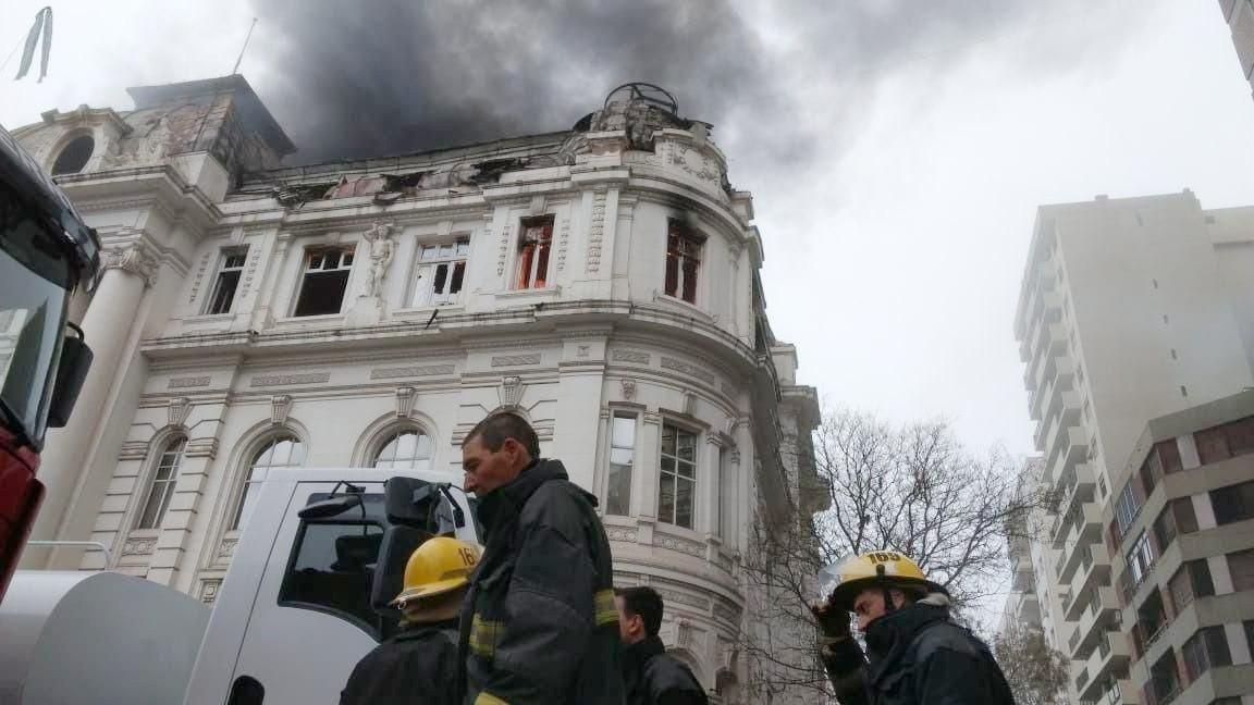 Bahía Blanca – Se incendió el edificio histórico del Banco Nación; hay peligro de derrumbe