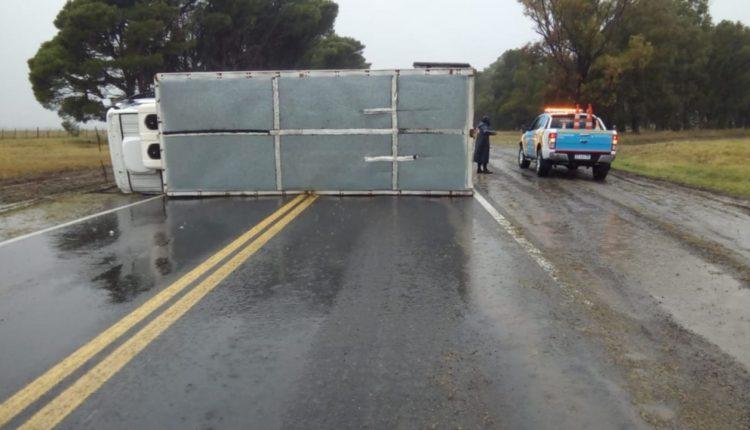 La ruta 3 está cortada por el vuelco de un camión que quedó cruzado sobre el asfalto
