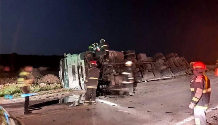 Ruta 33 – Un camión con frutas, volcó esta madrugada