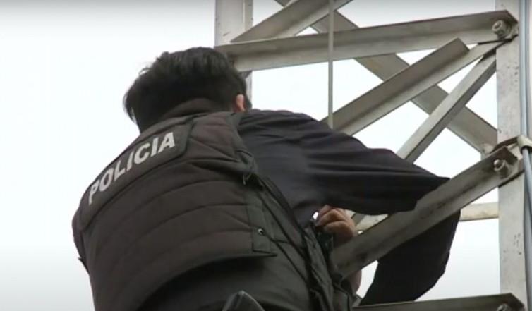 Un policía se subió a una antena y amenazó con arrojarse