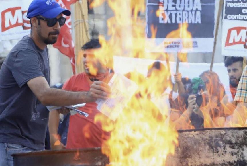 Quema de boletas contra el tarifazo en Plaza Congreso