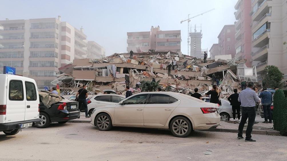 Un sismo provoca un «pequeño tsunami» y deja al menos cuatro muertos y 120 heridos