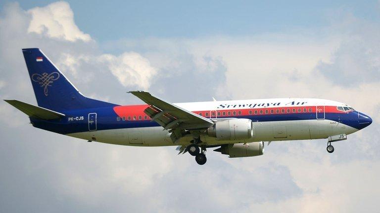 Indonesia – Desapareció un avión Boeing 737 tras despegar, con más de 60 personas a bordo