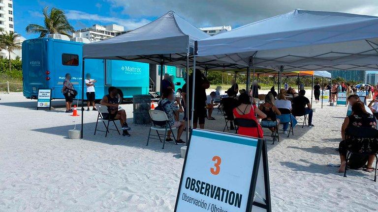 Miami Beach comenzó a vacunar contra el COVID-19 en la playa